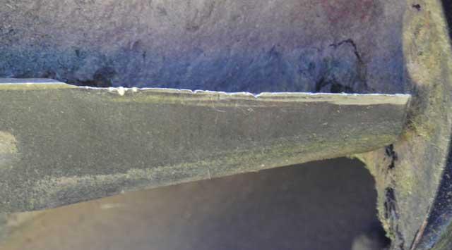 Kleine Steinchen und diverse Fremdkörper setzen dem Rasenmähermesser im Laufe des Jahres zu. Riefen und stumpfe Kanten müssen geschärft werden.